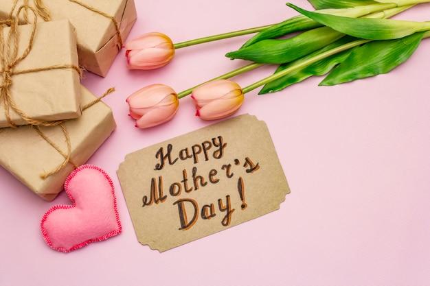 Carte de voeux pour la bonne fête des mères. tulipes roses douces, coeurs en feutre faits à la main