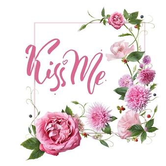Carte de voeux rose avec des fleurs et la calligraphie des mots - kiss me