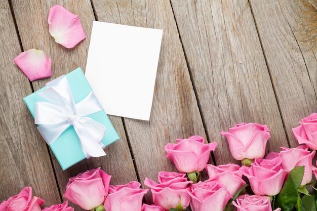 Carte de voeux roses roses et saint valentin ou cadre photo et boîte cadeau