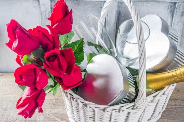Carte de voeux saint valentin avec des cadeaux dans le panier