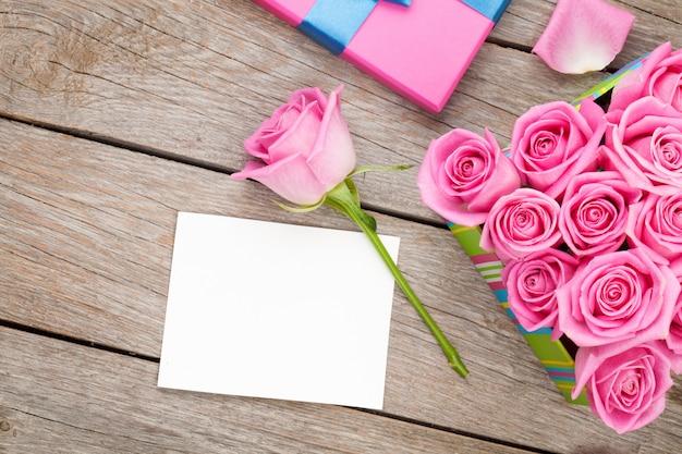 Carte de voeux saint valentin ou cadre photo et coffret cadeau plein de roses roses