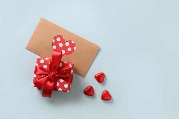 Carte de voeux saint valentin, chocolat, cadeau et lettre d'amour