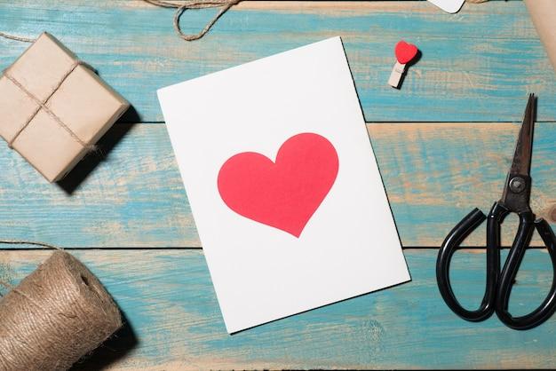 Carte de voeux de saint-valentin sur fond en bois. vue de dessus avec espace de copie