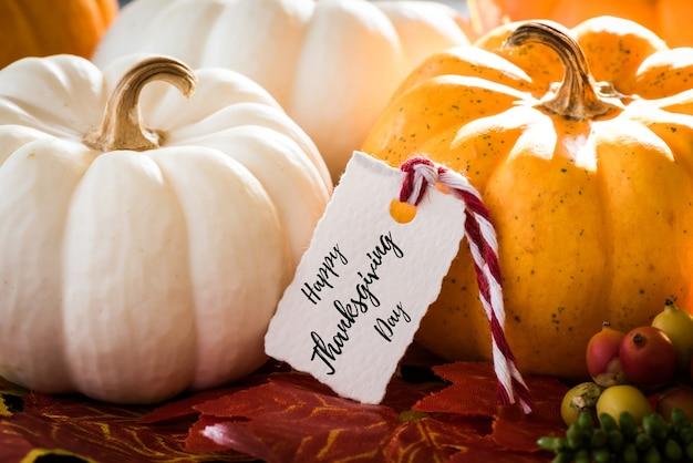 Carte de voeux de thanksgiving avec écriture et citrouille.