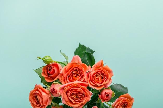 Carte de voeux turquoise avec bouquet de délicates roses de corail.