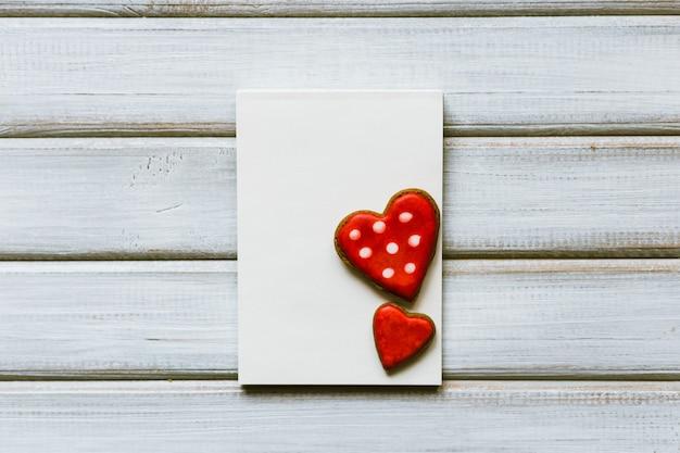 Carte de voeux vierge avec des cookies en forme de coeur. concept de la saint-valentin