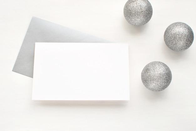 Carte de voeux vierge, invitation avec enveloppe argentée et décoration de noël.
