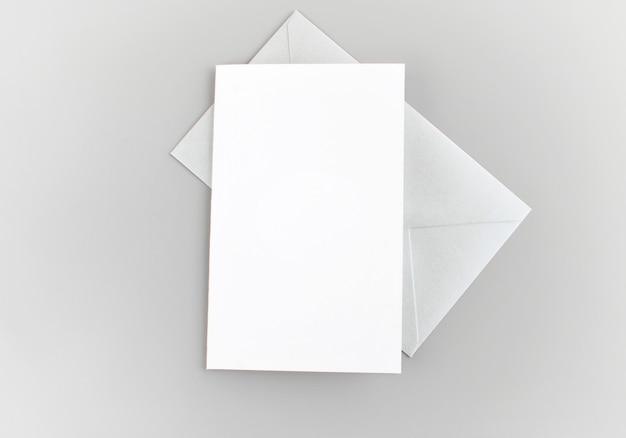 Carte de voeux vierge, invitation avec enveloppe argentée sur fond gris