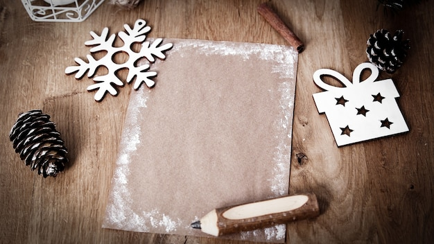 Carte de voeux vierge de noël sur fond vintage. décoration vintage de noël avec des bâtons de cannelle