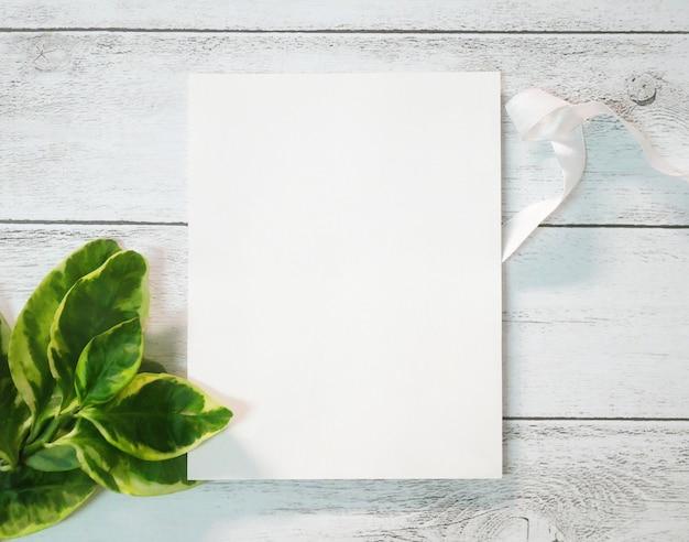 Carte de voeux vierge sur la vieille table en bois blanche.
