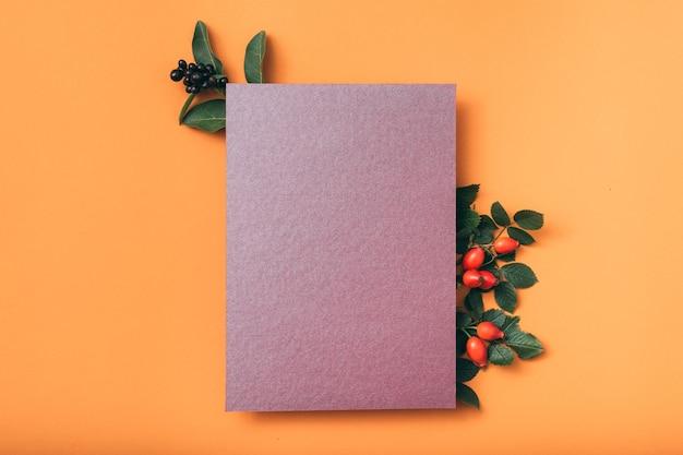 Carte de voeux violette. félicitations. décoration de rose musquée.