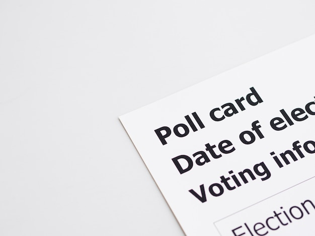 Carte de vote vue de dessus sur fond blanc