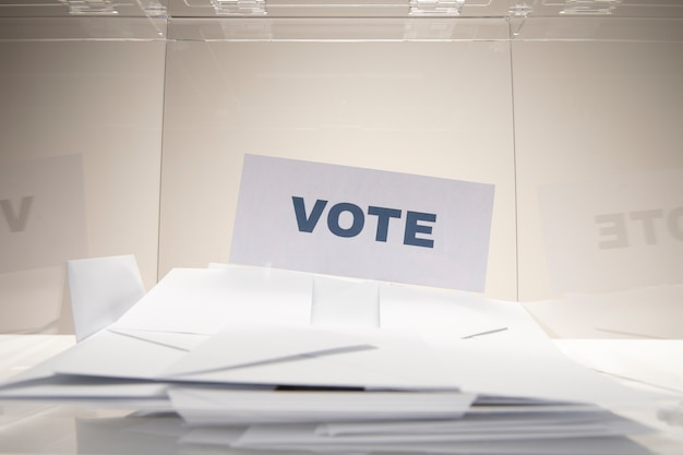 Carte de vote vue de face sur une pile d'enveloppes
