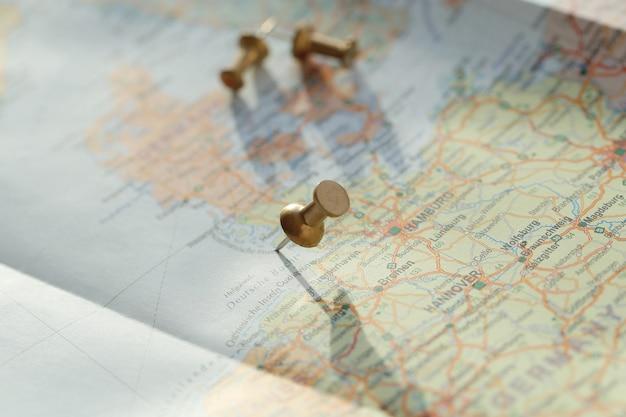 Carte de voyage avec des épingles