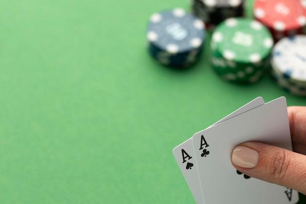 Cartes ace avec jetons de casino sur fond vert