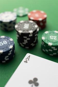 Cartes ace et jetons de casino sur fond vert