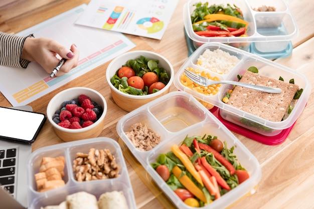 Cartes et aliments biologiques dans les boîtes à lunch