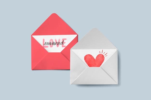 Cartes d'amour dans des enveloppes