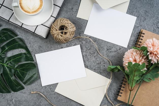 Cartes blanches vides avec bouquet de fleurs et enveloppe