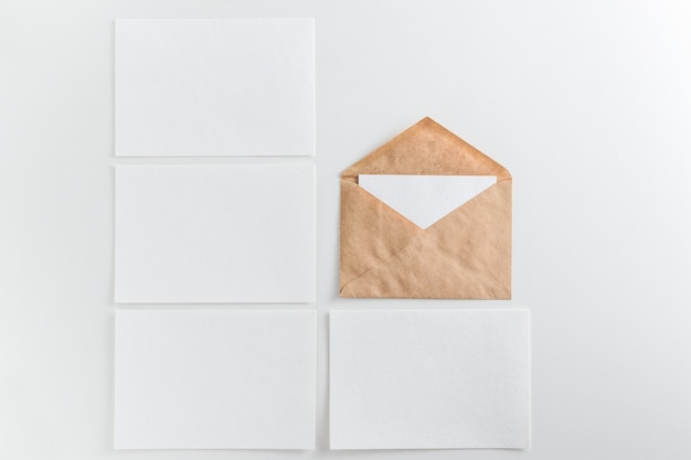 Cartes blanches vierges et enveloppe sur fond blanc
