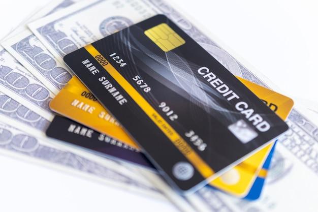 Cartes de crédit et 100 dollars en espèces