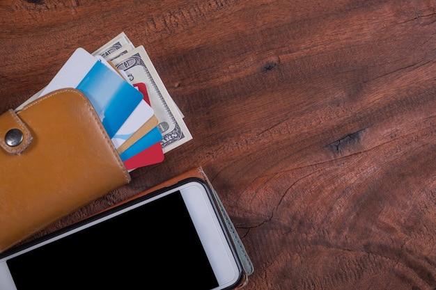 Cartes de crédit et argent en portefeuille