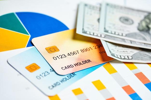 Cartes de crédit avec des dollars sur les graphiques