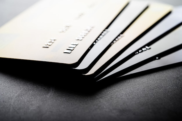 Des cartes de crédit empilées avec soin