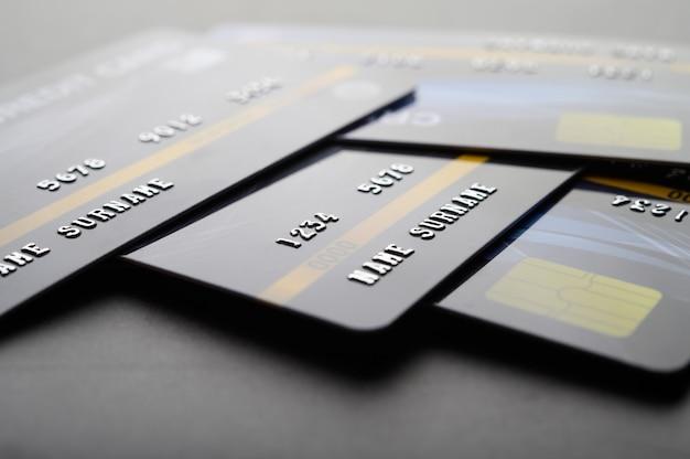 Cartes de crédit empilées sur le sol