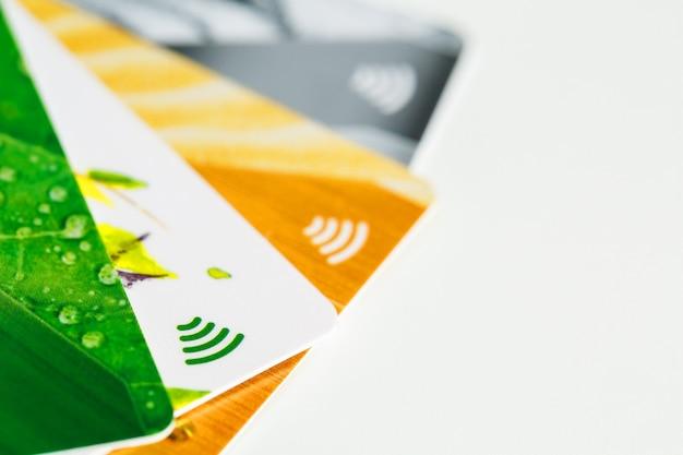 Cartes de crédit avec paiement sans contact. tas de cartes de crédit sur fond isolé blanc