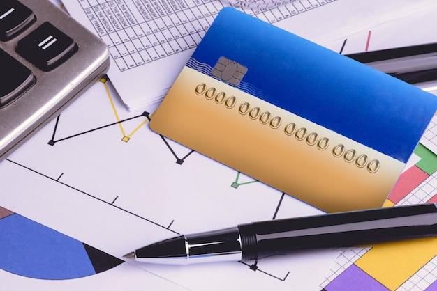 Cartes de crédit avec relevés de carte de crédit, compte, stylo, calculatrice et lunettes