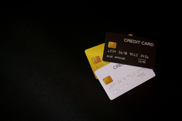 Cartes de crédit sur surface noire