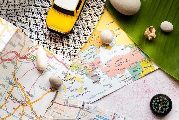 Cartes d'europe et de pologne sur le bureau