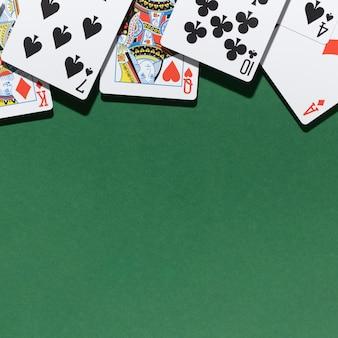 Cartes sur fond vert