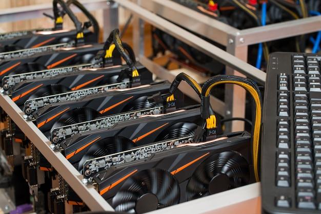 Cartes graphiques debout dans une rangée dans la ferme minière à domicile. photo en gros plan. l'industrie de la crypto-monnaie.