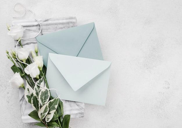 Cartes d'invitation de mariage avec des fleurs sur la table