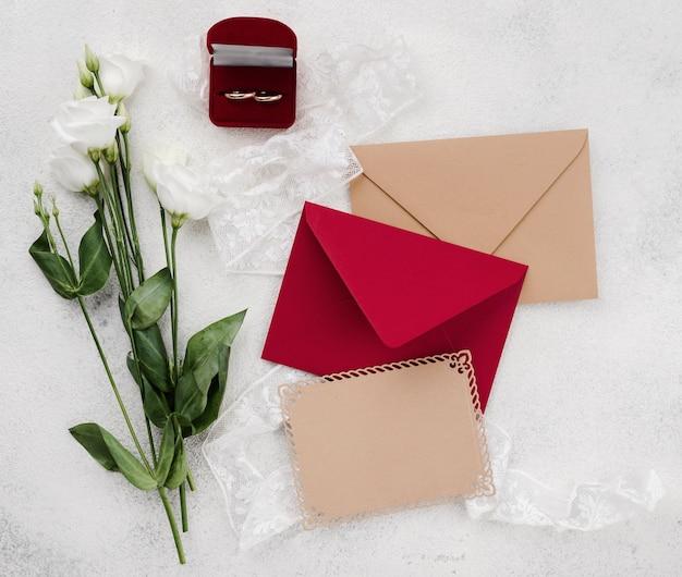 Cartes d'invitation de mariage avec des fleurs