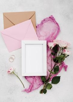 Cartes d'invitation de mariage vue de dessus avec anneaux