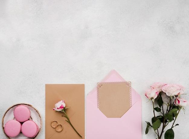 Cartes d'invitation de mariage vue de dessus avec espace copie