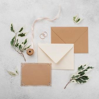Cartes d'invitation de mariage vue de dessus avec ruban