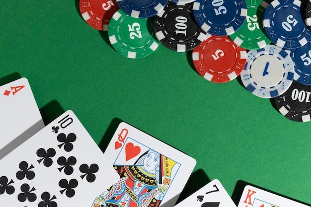 Cartes et jetons de casino sur fond vert