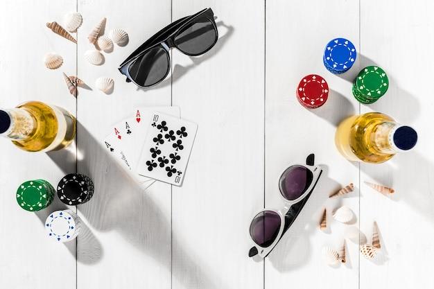 Cartes De Jetons De Poker De Jeu Et Deux Bouteilles De Bière Sur Table En Bois Vue De Dessus Copyspace Poker Photo Premium