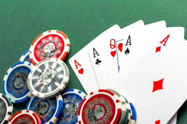 Cartes et jetons de poker sur table verte
