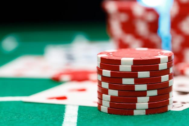 Cartes et jetons rouges sur table de poker