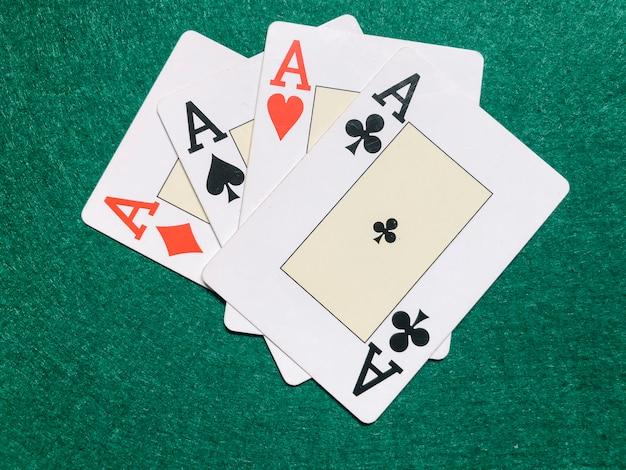 Cartes et jetons de table de poker vert