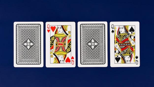 Cartes à jouer avec un fond bleu uni pour le poker et le fond de casino