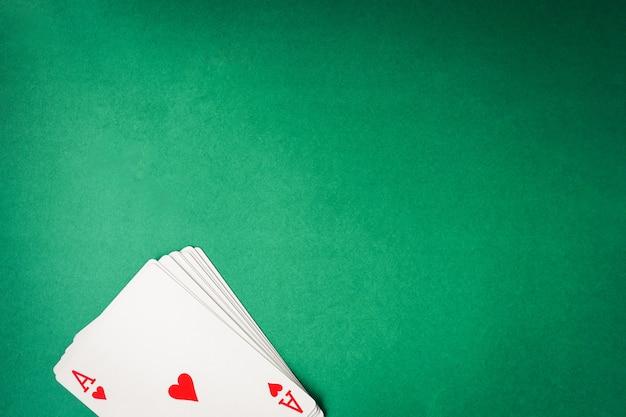 Cartes à jouer sur fond vert. espace libre pour le texte