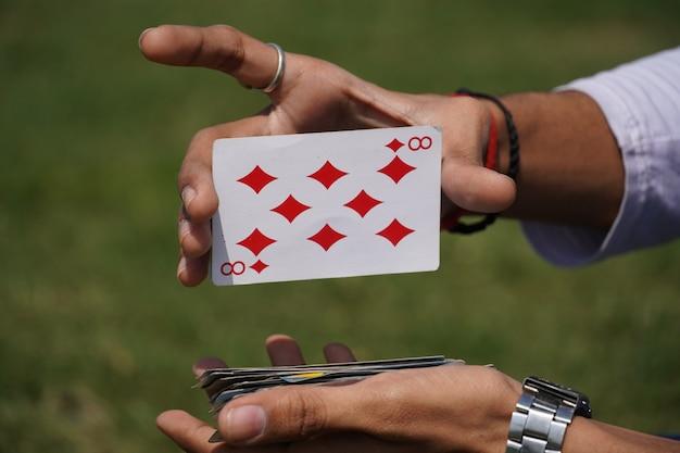 Cartes à jouer en main - concept de poker