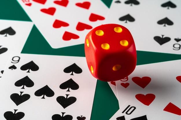 Cartes à jouer avec des dés rouges. casino et concept de jeu