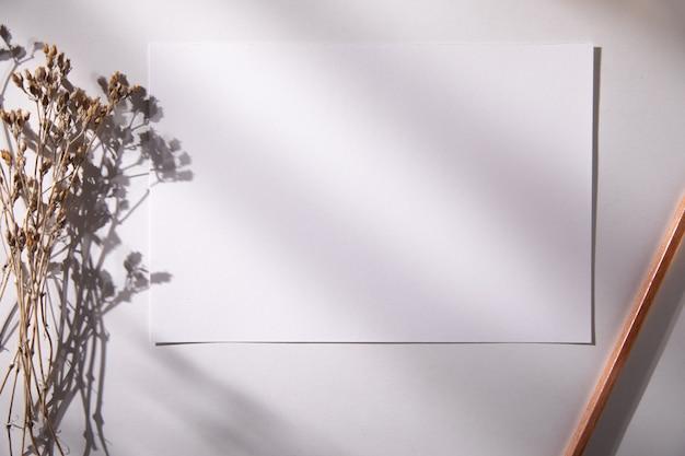 Cartes de maquette avec fleur et crayon sur table